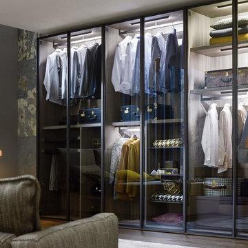 Ankleide mit durchsichtigen Glastüren