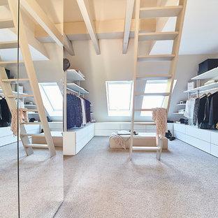 Mittelgroßer, Neutraler Moderner Begehbarer Kleiderschrank mit flächenbündigen Schrankfronten, weißen Schränken, Teppichboden und beigem Boden in Nürnberg