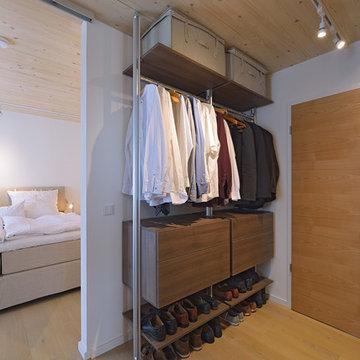 Ankleidezimmer mit Holz und Alu-System
