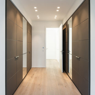 Ejemplo de armario contemporáneo, grande, con puertas de armario marrones y armarios con paneles lisos