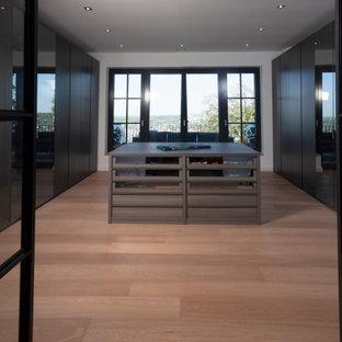 Imagen de armario vestidor unisex, contemporáneo, grande, con puertas de armario de madera en tonos medios, suelo de madera pintada y suelo marrón