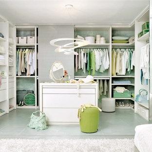 Diseño de armario vestidor de mujer, actual, grande, con armarios abiertos y suelo verde