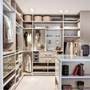 Modelo de armario vestidor de mujer, actual, de tamaño medio, con armarios abiertos, moqueta y suelo beige