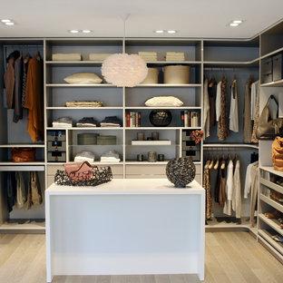 Mittelgroßer, Neutraler Klassischer Begehbarer Kleiderschrank mit offenen Schränken, weißen Schränken, hellem Holzboden und beigem Boden in Köln