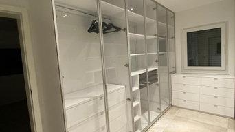Begehbarer Einbauschrank mit Glasfronten