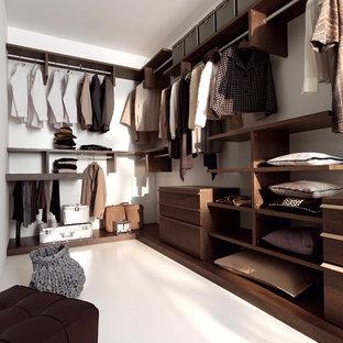 Ejemplo de armario vestidor unisex, actual, grande, con armarios con paneles lisos, puertas de armario de madera en tonos medios, suelo de cemento y suelo blanco