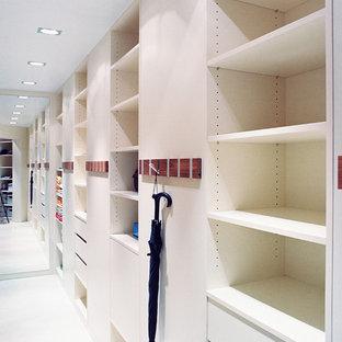 Idées déco pour un dressing room contemporain de taille moyenne et neutre avec un placard sans porte, un sol en vinyl et un sol blanc.