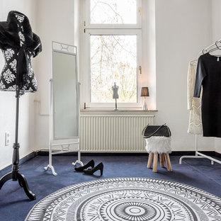 Foto de armario y vestidor tradicional con moqueta y suelo azul
