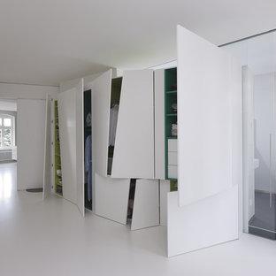 フランクフルトの大きい男女兼用コンテンポラリースタイルのおしゃれなフィッティングルーム (フラットパネル扉のキャビネット、白いキャビネット、リノリウムの床) の写真