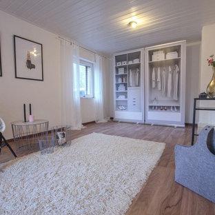 Immagine di uno spazio per vestirsi unisex scandinavo di medie dimensioni con pavimento in laminato