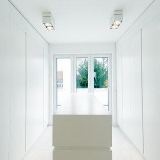 Großer, Neutraler Moderner Begehbarer Kleiderschrank mit flächenbündigen Schrankfronten, weißen Schränken und Keramikboden in Düsseldorf