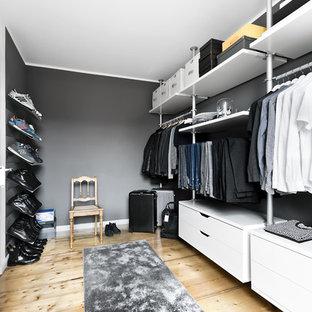 Mittelgroßer Moderner Begehbarer Kleiderschrank mit offenen Schränken, weißen Schränken, hellem Holzboden und beigem Boden in Hamburg
