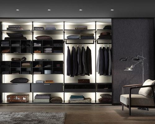 Mittelgroßes Modernes Ankleidezimmer Mit Ankleidebereich, Offenen  Schränken, Braunem Holzboden Und Braunem Boden In Stuttgart