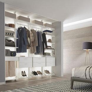 Diseño de vestidor de mujer, nórdico, de tamaño medio, con armarios abiertos, puertas de armario blancas, suelo de madera clara y suelo beige