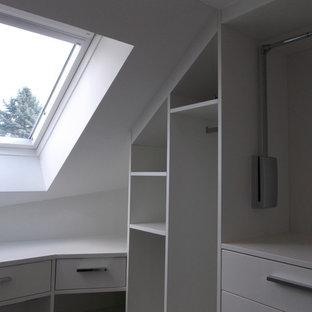 Неиссякаемый источник вдохновения для домашнего уюта: гардеробная комната среднего размера, унисекс в современном стиле с открытыми фасадами, желтыми фасадами, светлым паркетным полом и белым полом