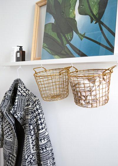 Stylischer Stauraum: Drahtkörbe an der Wand