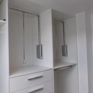 Foto de armario vestidor unisex, contemporáneo, de tamaño medio, con armarios abiertos, puertas de armario amarillas, suelo de madera clara y suelo blanco