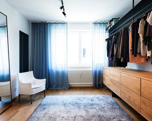 Neutrales, Mittelgroßes Modernes Ankleidezimmer Mit Ankleidebereich,  Flächenbündigen Schrankfronten, Hellbraunen Holzschränken, Braunem Holzboden