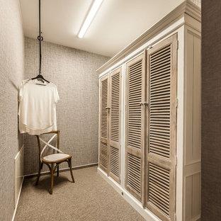 Maritim inredning av ett litet omklädningsrum för könsneutrala, med skåp i ljust trä, heltäckningsmatta, beiget golv och luckor med lamellpanel