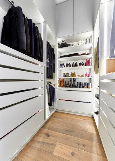 Contemporary Wardrobe by Home Styling Hamburg