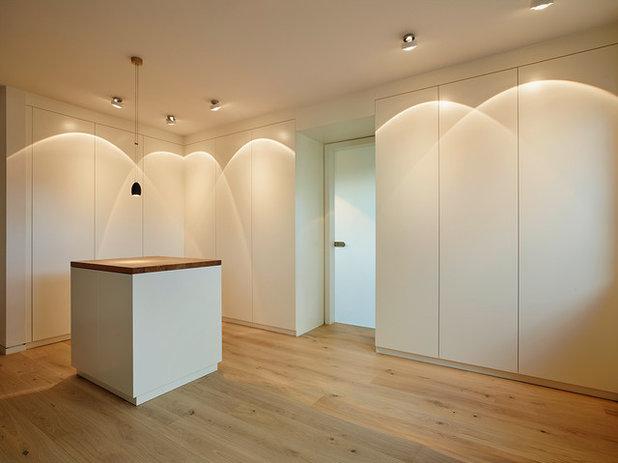 Minimalistisch Ankleidezimmer by HONEYandSPICE innenarchitektur + design