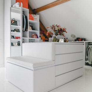 Idéer för ett stort modernt omklädningsrum för könsneutrala, med öppna hyllor, vita skåp, marmorgolv och vitt golv