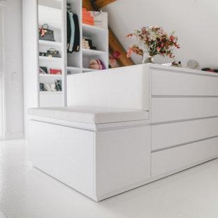 Ejemplo de vestidor unisex, actual, grande, con armarios abiertos, puertas de armario blancas, suelo de mármol y suelo blanco