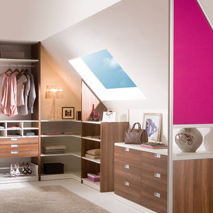 Inspiration for a contemporary closet remodel in Hamburg