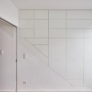 Modelo de armario y vestidor contemporáneo, extra grande, con armarios con paneles lisos y puertas de armario blancas