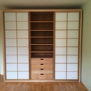 Design ideas for a large asian storage and wardrobe in Hamburg.