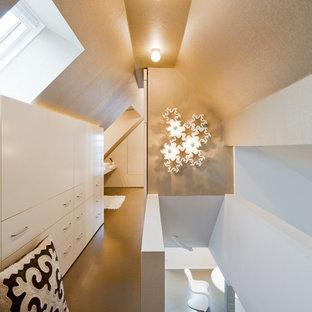 Esempio di piccoli armadi e cabine armadio minimalisti con pavimento in vinile e pavimento beige