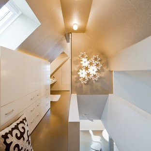 Réalisation d'un petit dressing et rangement minimaliste avec un sol en vinyl et un sol beige.