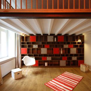 Cette photo montre un dressing room tendance neutre avec des portes de placard rouges et un sol en bois brun.