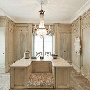 Großer, Neutraler Klassischer Begehbarer Kleiderschrank mit beigen Schränken, hellem Holzboden und Schrankfronten mit vertiefter Füllung in Sonstige