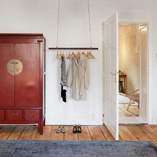 Foto de armario y vestidor asiático, de tamaño medio, con suelo de madera clara
