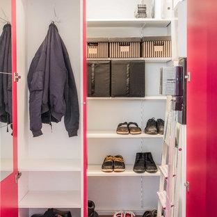 Imagen de armario vestidor unisex, nórdico, pequeño, con armarios con paneles lisos, puertas de armario rojas, suelo de madera oscura y suelo marrón