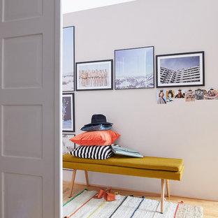 Bild på en funkis garderob, med rosa golv