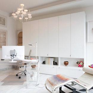 Modernes Arbeitszimmer mit weißer Wandfarbe, freistehendem Schreibtisch und weißem Boden in Bonn
