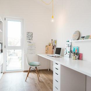 Удачное сочетание для дизайна помещения: рабочее место среднего размера в скандинавском стиле с белыми стенами, светлым паркетным полом, отдельно стоящим рабочим столом и бежевым полом без камина - самое интересное для вас