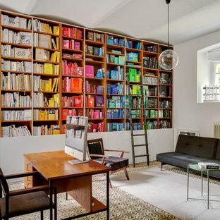 デュッセルドルフの中サイズのコンテンポラリースタイルのおしゃれなホームオフィス・書斎 (ライブラリー、セラミックタイルの床、白い壁、自立型机、マルチカラーの床) の写真
