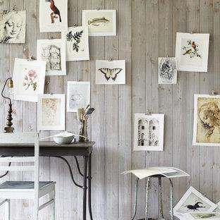 Kleines Shabby-Look Arbeitszimmer ohne Kamin mit Arbeitsplatz, freistehendem Schreibtisch und weißem Boden in Hamburg