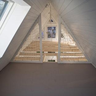 Ispirazione per un piccolo ufficio scandinavo con pareti bianche, pavimento in linoleum, scrivania autoportante e pavimento grigio