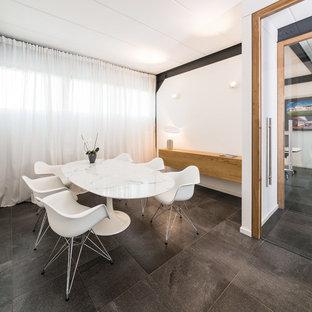 Idee per un piccolo ufficio design con pareti bianche, pavimento con piastrelle in ceramica, scrivania autoportante e pavimento grigio
