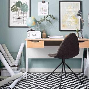 Idées déco pour un petit bureau scandinave avec un mur bleu, un bureau indépendant et un sol multicolore.