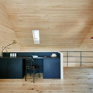 Modernes Arbeitszimmer mit brauner Wandfarbe, braunem Holzboden, Einbau-Schreibtisch und braunem Boden in Stuttgart