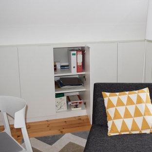 ブレーメンの小さい北欧スタイルのおしゃれな書斎 (白い壁、カーペット敷き、自立型机、ベージュの床) の写真