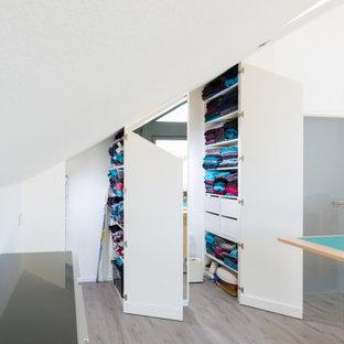 シュトゥットガルトの中くらいのモダンスタイルのおしゃれなクラフトルーム (白い壁、ラミネートの床、ベージュの床) の写真