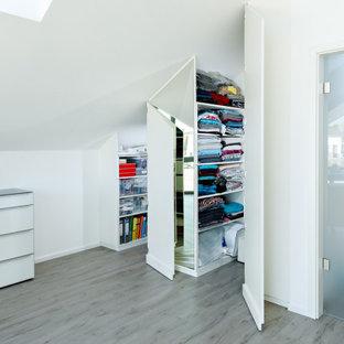 シュトゥットガルトの中サイズのモダンスタイルのおしゃれなクラフトルーム (白い壁、ラミネートの床、ベージュの床) の写真
