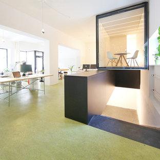 Идея дизайна: рабочее место среднего размера в современном стиле с белыми стенами, полом из линолеума и отдельно стоящим рабочим столом