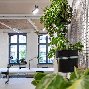 Свежая идея для дизайна: рабочее место среднего размера в стиле модернизм с белыми стенами, полом из линолеума, встроенным рабочим столом, серым полом, сводчатым потолком и кирпичными стенами - отличное фото интерьера